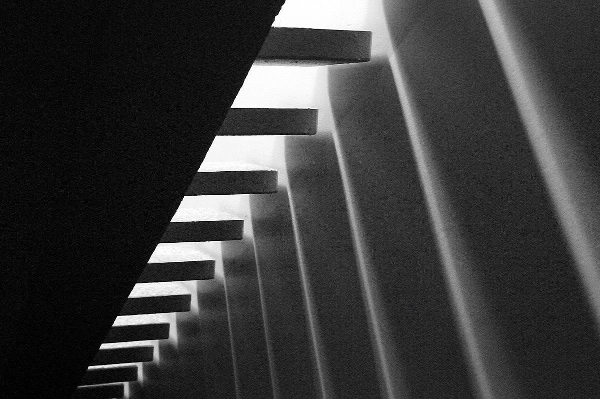 قرار واستقرار در ج ج)هم نور به داخل می آید و هم امکان دید از هر طرف وجود دارد