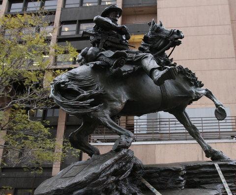 مجسمه سرباز روی اسب - soldier on horse sculpture