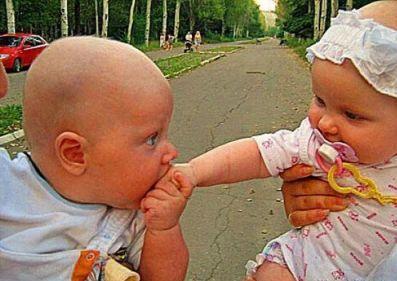 بوسیدن دست یک دختر توسط یک پسر در خیابان!!!