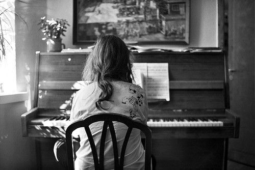 http://s4.picofile.com/file/7845892575/piano_girl_b_w.jpg