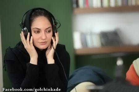 مهناز افشار در حال گوش کردن آهنگ