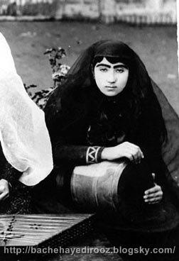 http://s4.picofile.com/file/8169385592/Qajari_woman_playing_tonbak.jpg