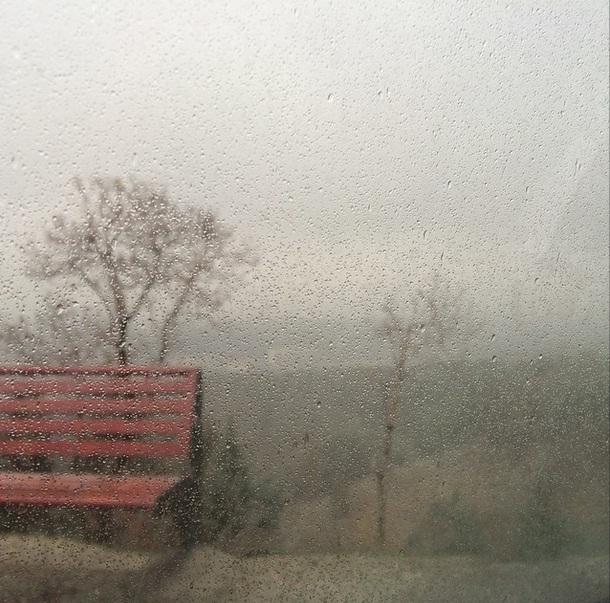 باران به شیشه زده
