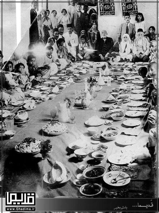 خانواده ایرانی سر سفره قدیمی