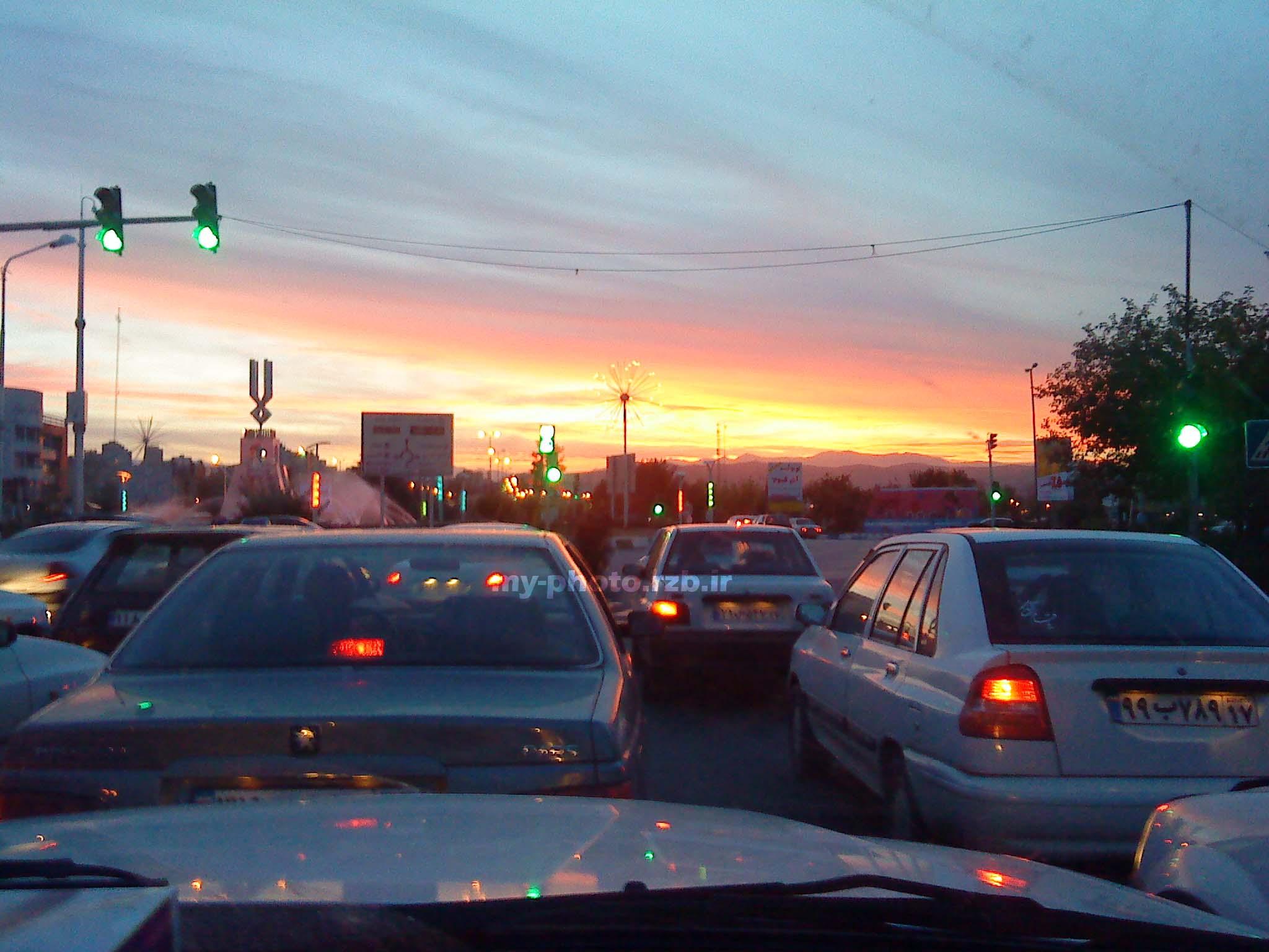 عکس از غروب پشت چراغ قرمز