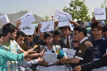 در طی یک حرکت اعتراض آمیز در کابل؛ دانشجویان معترض اسناد تحصیلی خود را به آتش کشیدند