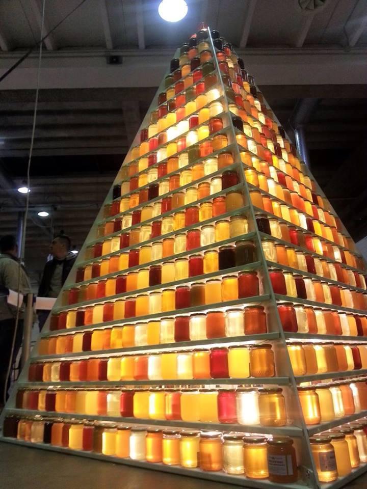 زنبورداران در لندن برای نمایش همه سایه های مختلف یک هرم غول عسل درست کردند