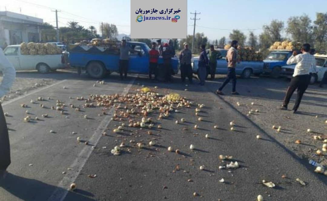 تجمع و مسدود ساختن جاده توسط کشاورزان این بار در منوجان